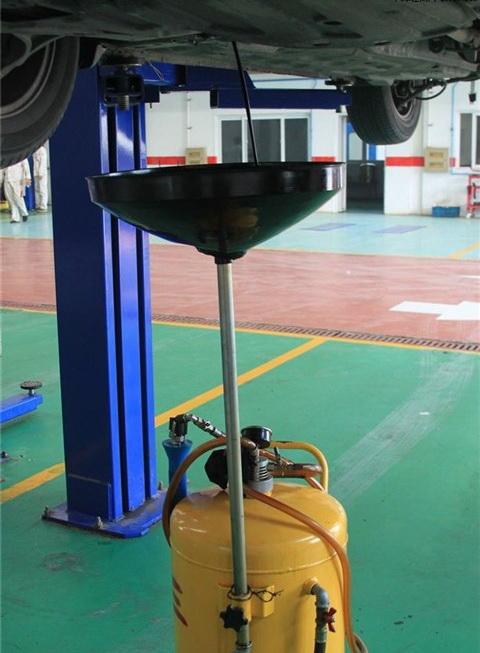 根据车辆的情况,添加机油   即使是在超长时间驾驶,该机油高清图片